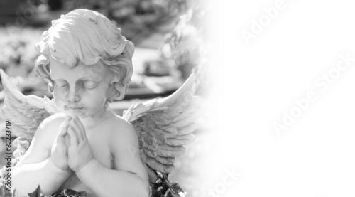 In de dag Begraafplaats Engel auf einem Friedhof in schwarzweiß