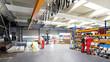 Leinwanddruck Bild - Arbeiter und Interieur in einer Industriehalle - Metallbau