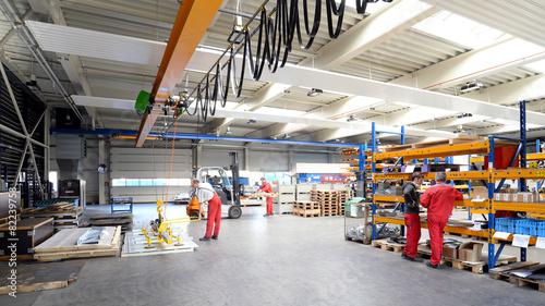 Leinwanddruck Bild Arbeiter und Interieur in einer Industriehalle - Metallbau