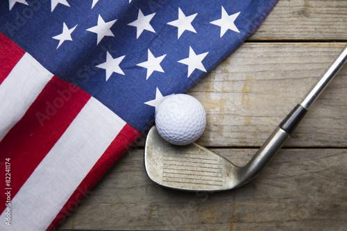 Golf ball with flag of USA on wood table - 82241174