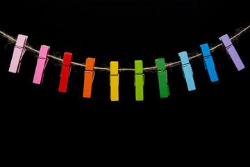 Цветные деревянные прищепки на пеньковой веревке