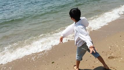 海にむかっていく子ども