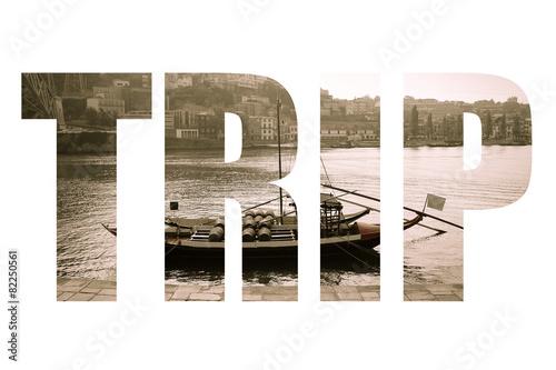 Słowo WYPRZEDAŻ nad łodzią z beczkami wina przy nabrzeżu. Douro Riv