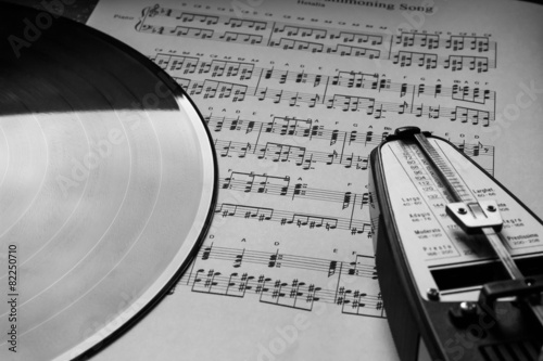 Metronome and vinyl on sheet music - 82250710