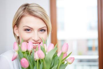 junge frau mit frischen tulpen