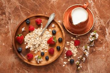 oat flakes, milk, honey and berries.