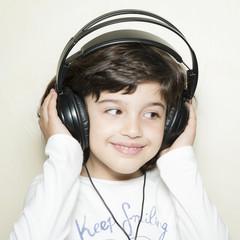 Niña escuchando música