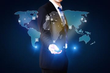 Geschäftsmann mit virtueller Weltkarte und Personenverteilung