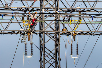 Arbeiten an einem Strommasten