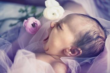 sbadiglio di neonato
