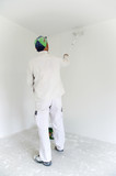 Maler beim Wände streichen