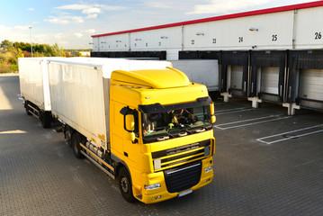 LKW zur Beladung am Depot einer Spedition // shipping
