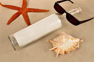 Flaschenpost roter Seestern und Brille