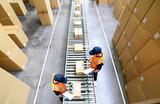 Pakete und arbeiter im Warenversand eines Onlinehandels - 82294161