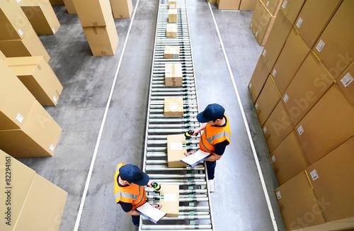 Leinwanddruck Bild Pakete und arbeiter im Warenversand eines Onlinehandels