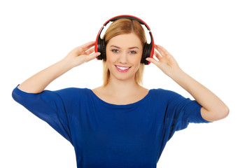 Woman in headphones listening to music.