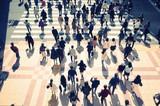 横断歩道を待つ大勢の人々 - 82294530
