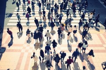 横断歩道を待つ大勢の人々