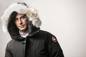 Ritratto uomo con cappuccio di pelliccia