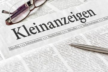 Zeitung mit der Überschrift Kleinanzeigen