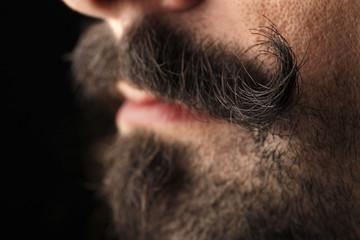 Ragazzo con baffi vittoriani