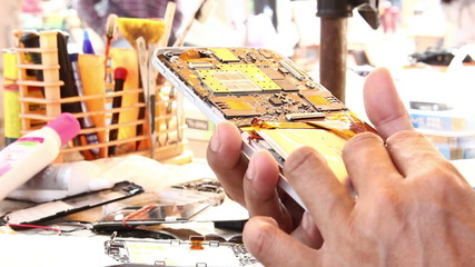 Technicians are repairing mobile phon