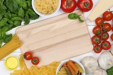 Zutaten für ein Spaghetti Pasta Nudel Gericht auf Küchenbrett