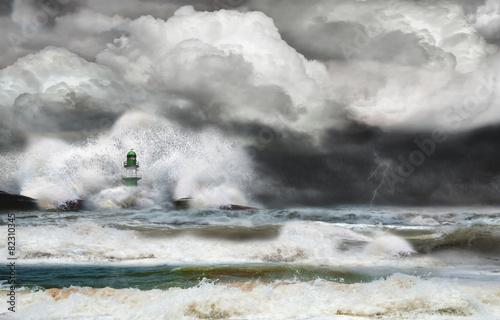 Unwetter an der Küste mit Leuchtturm und Brandung - 82310345