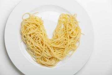 herzförmige Spaghetti auf einen Teller