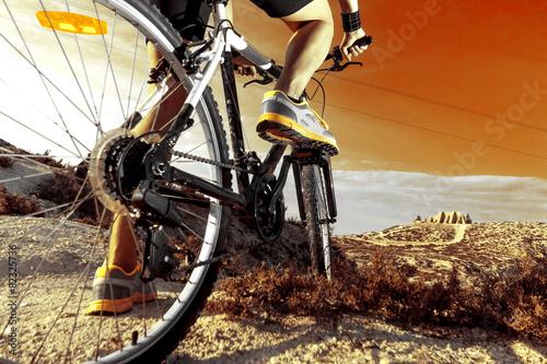 Deportes. Bicicleta de montaña y hombre.Deporte en exterior - 82325736
