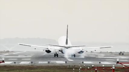 WS Rear view of passenger airplane landing on Ronald Reagan Washington National Airport, Washington D.C, USA