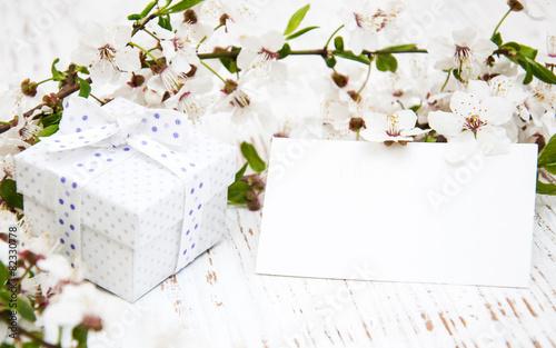 Fotobehang Kersen Spring blossom and gift box