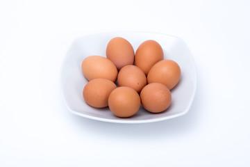 uova in piatto su sfondo bianco