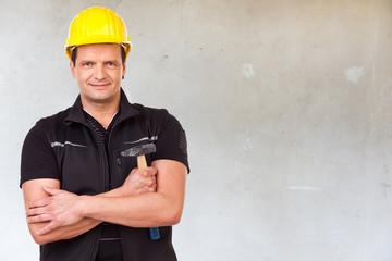 bauarbeiter mit hammer und sicherheitshelm