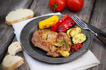 Grillkotelett mit Gemüse