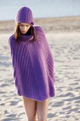 Modella indossa poncio viola