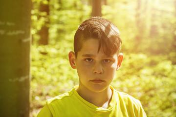 Portrait Junge im Wald