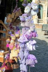 Verkauf von Lavendelprodukten an einem Marktstand