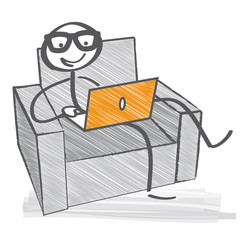 Im Sessel mit Laptop
