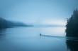 Fischerboot früh morgens am See - 82405500