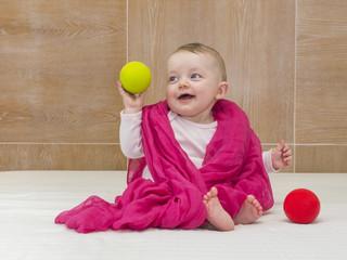 bimba gioca con palline