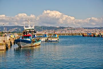 Barco pesquero en puerto