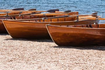 Ruderboote am Seeufer im Sommer