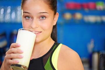Junge Frau trink Milchshake beim Sport