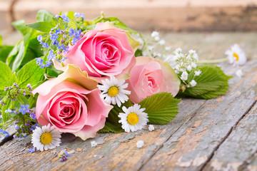 Rosen, Vergissmeinnicht und Gänseblümchen auf Holz