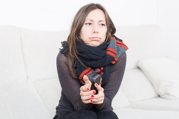 Frau erkältet zu Hause