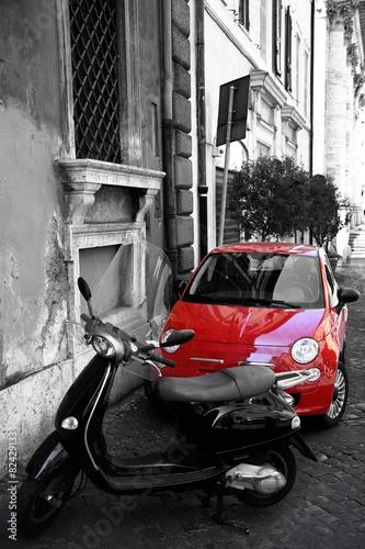 czerwony-malutki-samochod-przy-miasto-ulica-rzym-italia