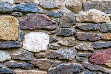 Mauerwerk mehrfarbige Natursteine
