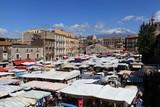 Mercato di Catania col vulcano Etna sullo sfondo