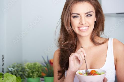 junge frau isst einen salat - 82464929